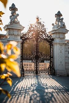 Cancello decorativo al tramonto