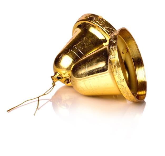 Campane decorative in oro scolpite su una superficie bianca