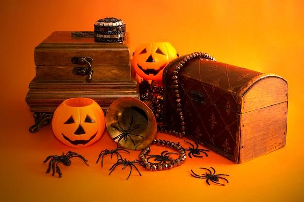 Natura morta decorativa di halloween con portagioie zucche ragni e oggetti vintage copia spazio