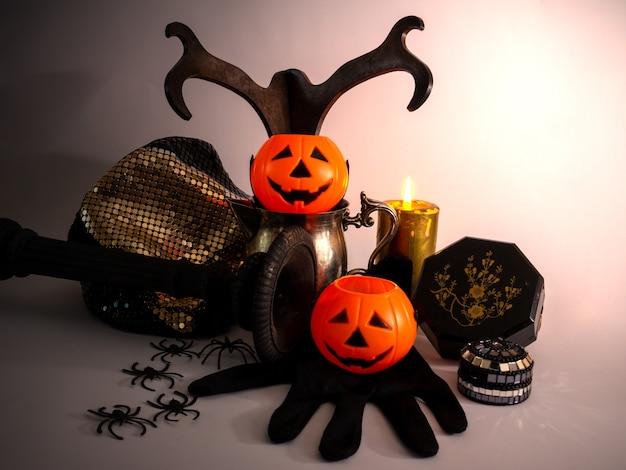 Natura morta decorativa di halloween con zucche, ragni e candele decorazione minima copia spazio