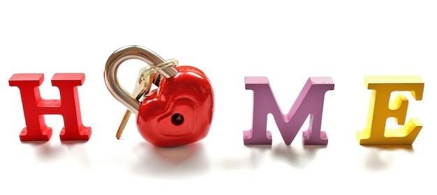 Lettere decorative che formano la parola casa con serratura e chiavi su bianco