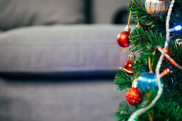 Palle di luci decorative e pino natale e sfondo per le vacanze di capodanno