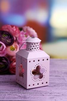 Lanterna metallica decorativa e fiori artificiali