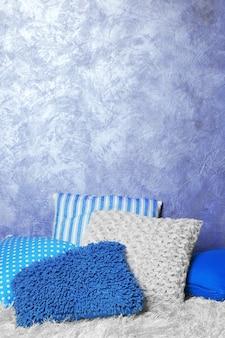 Cuscini decorativi su sfondo grigio