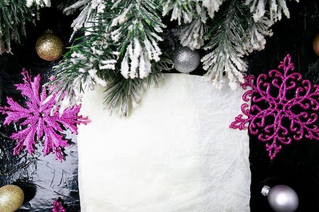 Fiocco di neve decorativo bianco e rosa su sfondo nero