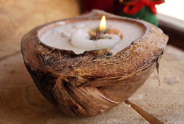 Cera decorativa una candela in cocco naturale