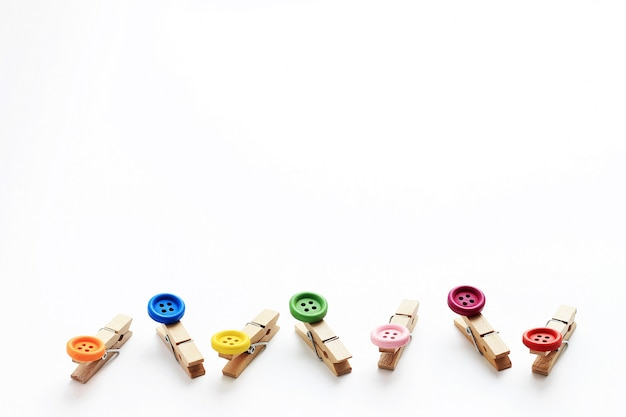 Mollette di legno decorative con bottoni alle estremità.