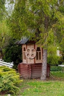 Pozzo d'acqua decorativo in legno con carrucola e secchio