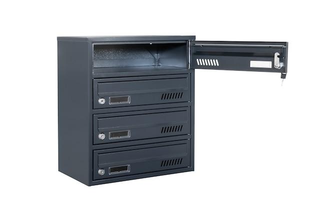 Le cassette postali blu o grigie profonde sui precedenti bianchi hanno isolato. cassetta postale per l'ingresso del condominio. cassetta postale in metallo