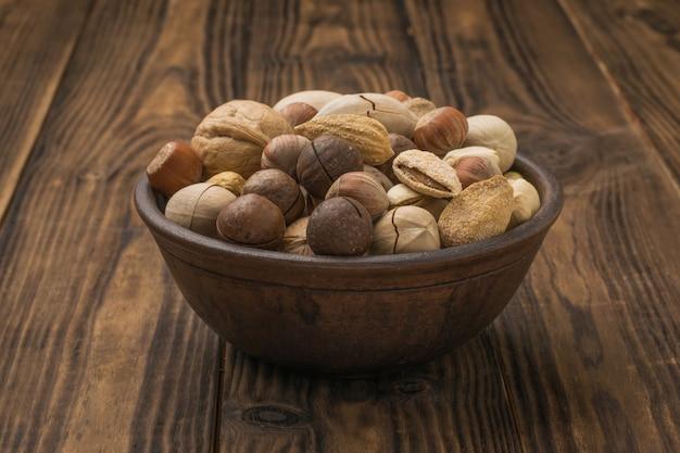 Una ciotola profonda riempita con una grande varietà di noci. cibo vegetariano.