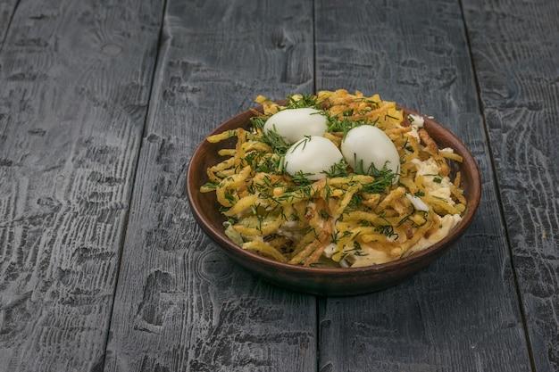 Ciotola di argilla profonda con insalata di uova di quaglia