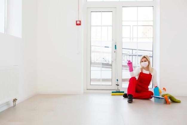 Pulizia profonda per la prevenzione della malattia da covid-19. alcool, spray disinfettante in casa per sicurezza, infezione da virus covid-19. donna delle pulizie
