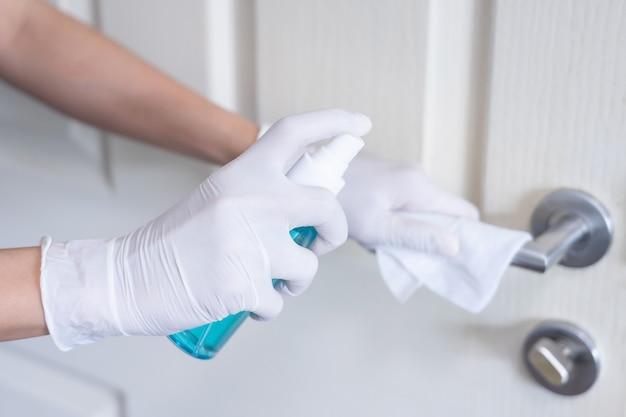 Pulizia profonda per la prevenzione delle malattie covid-19. alcool, spray disinfettante su salviette di ringhiera in casa per sicurezza, infezione da virus covid-19, contaminazione, germi, batteri per una buona igiene.