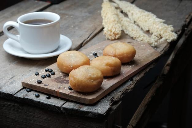 Pane fritto servito in tavola di legno