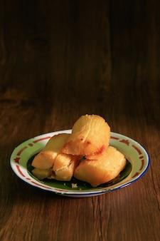 Radice di manioca fritta. mandioca frita brasiliana (manioca fritta/manioca/yuca). feijoada contorno