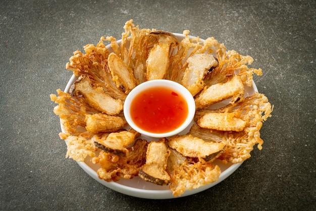 Funghi enoki fritti e funghi king oyster con salsa piccante - stile alimentare vegano