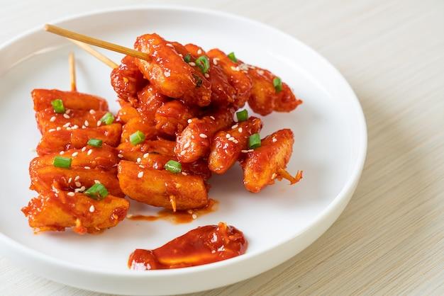 Torta di riso coreana fritta (tteokbokki) infilzata con salsa piccante - stile alimentare coreano