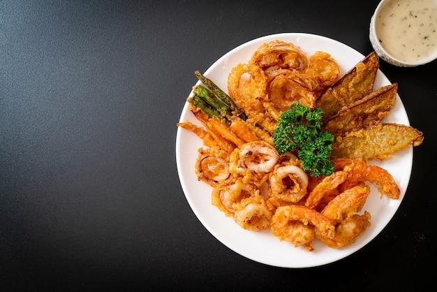 Frutti di mare fritti (gamberi e calamari) con verdure miste - stile di cibo malsano