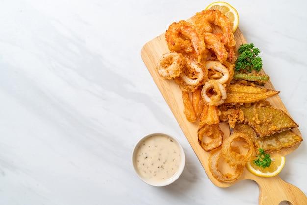 Frutti di mare fritti (gamberi e calamari) con verdure miste