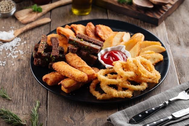 Spuntini fritti per birra con salsa rossa