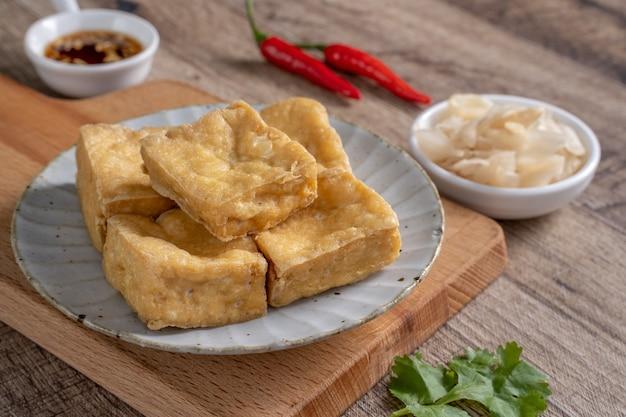 Tofu puzzolente fritto, farina di fave fermentata con cavolo sottaceto, famoso e delizioso cibo di strada a taiwan.