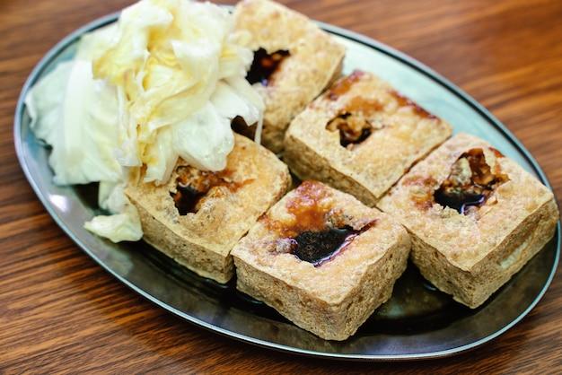 Tofu puzzolente fritto con verdure di cavolo sottaceto