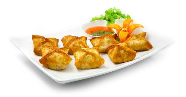 Fagottini di maiale ripieni fritti con salsa di peperoncino dolce