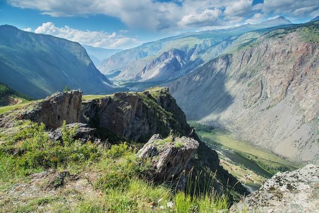 Sopra una profonda gola di montagna