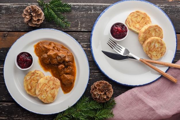 Gulasch di cervo con canederli e marmellata di mirtilli rossi