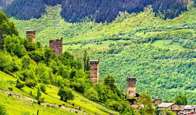 Torri svan difensive a mestia. patrimonio mondiale dell'unesco nell'alto svaneti, georgia