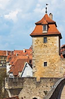 La torre difensiva della fortezza medievale a rothenburg ob der tauber, baviera, germania