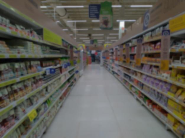 Sfondo astratto sfocato. corridoio del supermercato con prodotti irriconoscibili dalla sfocatura. per sfondo.