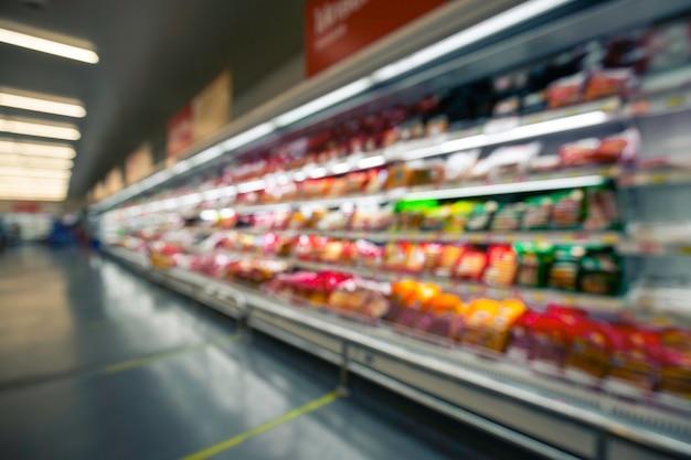 Sfocatura sfocata della carne del supermercato con prodotti lattiero-caseari. sfocatura dello sfondo con bokeh.