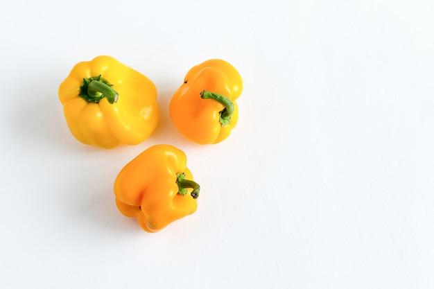 Peperoni deformati brutta forma isolata laici piatta con copia spazio su uno sfondo bianco.