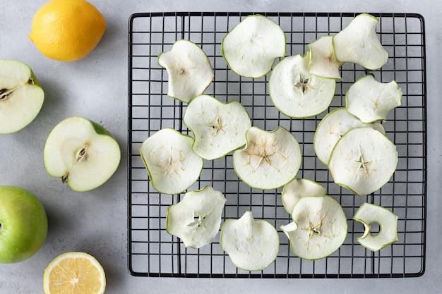 Chips di mele disidratate sulla griglia di raffreddamento. dessert vegano