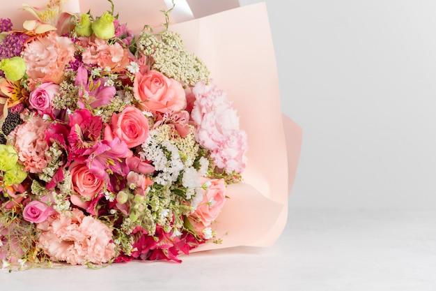 Delicato bouquet di fiori di alstroemeria, rosa, eustoma