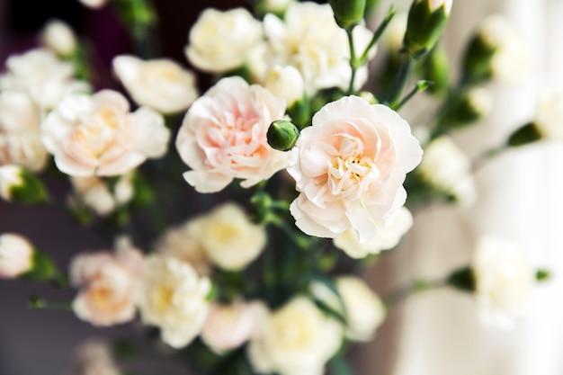 Delicato bouquet di garofani in stile vintage