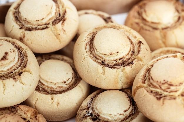Delicati biscotti croccanti a forma di funghi