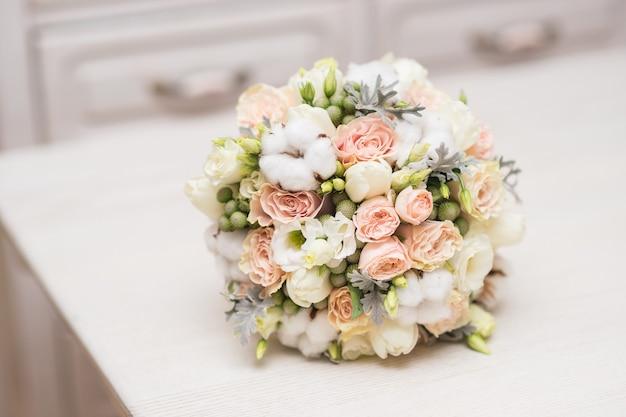 Bouquet da sposa delicato matrimonio di fiori naturali su un primo piano tavolo bianco