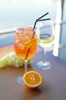 Delizioso cocktail alcolico aperol spritz con arancia in un ristorante