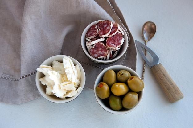 Delizioso piatto di antipasti con diversi prodotti a base di carne e formaggio colazione al formaggio