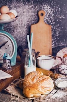 Deliziosi panini appetitosi e caffè per colazione