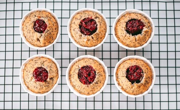 Deliziosi e appetitosi muffin appena sfornati in cucina da vicino
