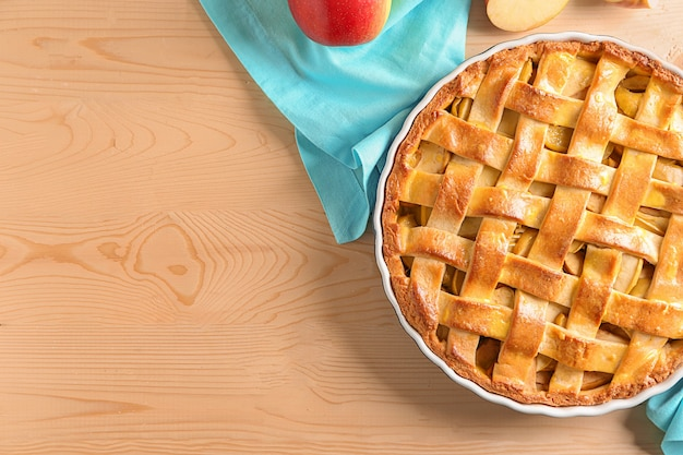 Deliziosa torta di mele sul tavolo di legno