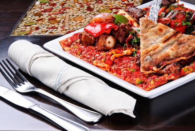 Una deliziosa cucina araba, riso mandi servito con carne di agnello - lahm in un ristorante arabo a sharjah emirati arabi uniti