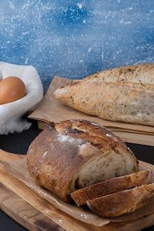 Deliziosi panini al forno sul tagliere.
