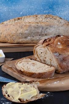 Deliziosi panini al forno con burro.