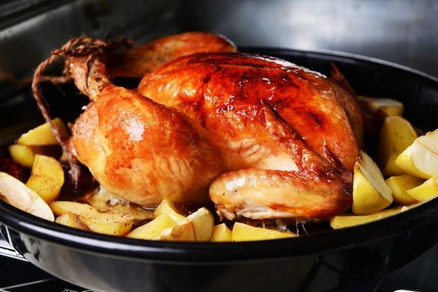 Delizioso pollo al forno in primo piano al forno