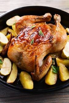 Delizioso pollo al forno sul primo piano del tavolo