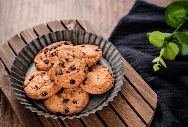 Delizioso biscotto al cioccolato al forno sul tavolo di legno wood